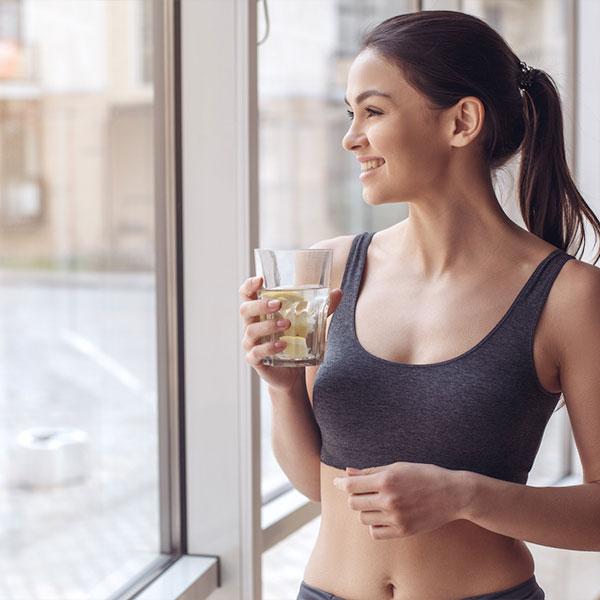 Egy nő torna után vizet iszik